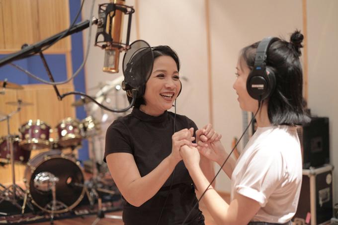 Trong album Chat vớiMozart 2 mới ra mắt, Mỹ Anh hòa giọng với mẹMỹ Linh trong ca khúc Nắng sớm. Giọng ca của Mỹ Anh được đánh giá ngày càng trưởng thành nhưng vẫn giữ được sự trong trẻo, xúc cảm.