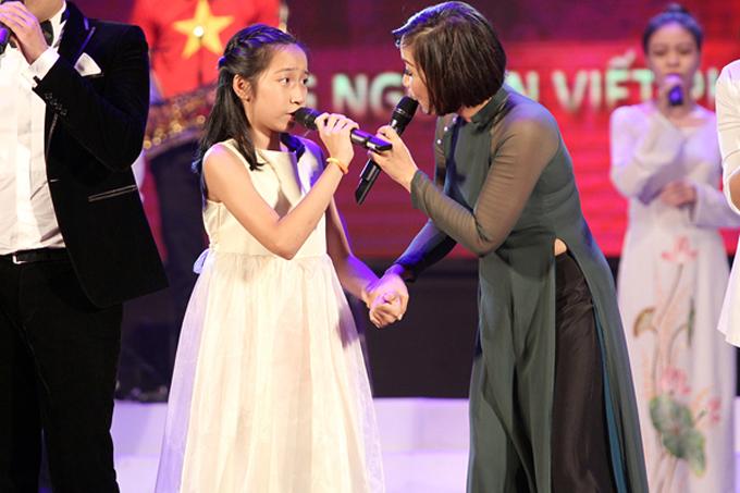 Tháng 6/2014, Mỹ Anh ghi điểmkhi xuất hiện trong đêm nhạc Là người con đất Việt 2. Cô bé khi ấy rụt rè bước lên sân khấu và khiến khán giả bất ngờ bởi tiếng hát hồn nhiên khi thể hiện ca khúc Tự nguyện. Sau đó, Mỹ Linh cũng xuất hiện, nắm tay và hát cùng con gái để cô bé bớt nhút nhát.