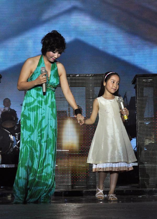 Mỹ Anh lần đầu tiên xuất hiện cùng mẹ trên sân khấu lớn vào năm 2010, khi mới 8 tuổi với ca khúc Cơn bão. Thời điểm ấy, cô con gái út của Mỹ Linh - Anh Quân đã gây chú ý cho khán giả bởi giọng hát trong trẻo và cách xử lý khá tinh tế. Sau đó, ca khúc này nhiều lần được hai mẹ con Mỹ Linh và Mỹ Anh hát trong các chương trình từ thiện.