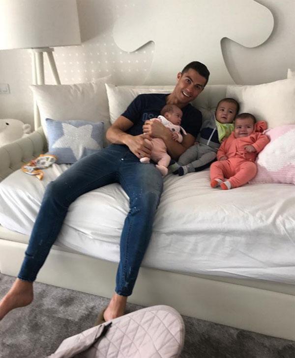 C. Ronaldo và ba đứa con nhỏ. Ảnh: NS.