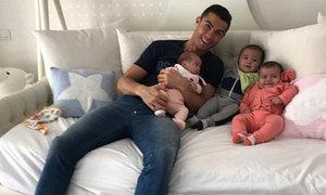 C. Ronaldo: 'Làm bố là điều tuyệt vời nhất với tôi'