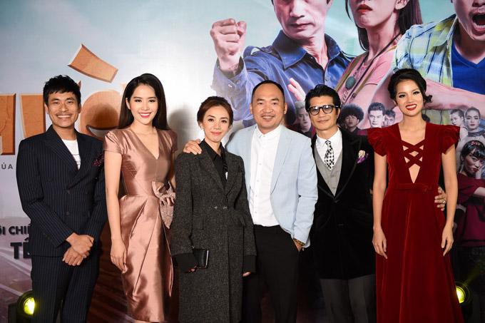 Các nghệ sĩ trong buổi công chiếu phim tại Hà Nội.