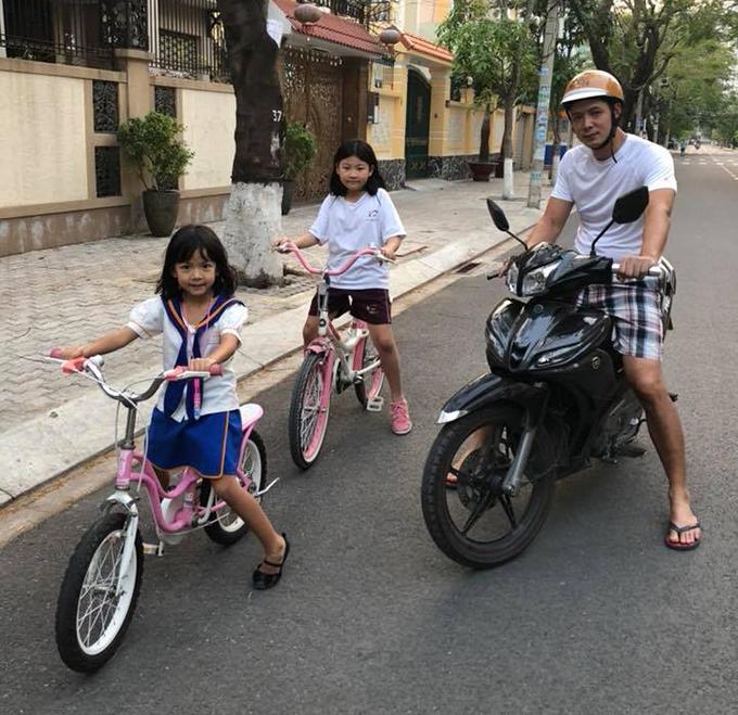 Khoảnh khắc đời thường, đưa các con đi dạo của Bình Minh được anh miêu tả là làm bảo vệ hộ tống hai ch