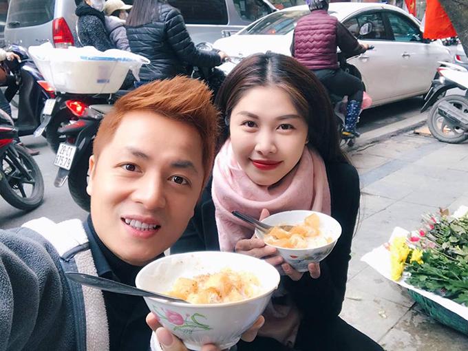 Ra Hà Nội dịp giáp Tết, vợ chồng Thuỷ Anh - Đăng Khôi tranh thủ lê la quán xá, ăn nhiều món ăn đặc sản thủ đô.
