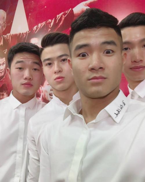 Các cầu thủ U23 Việt Nam tạo dáng thanh niên nghiêm túc trong buổi giao lưu cuối cùng trước khi quay trở lại câu lạc bộ.