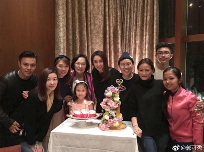 Hùng Đại Lâm và gia đình chồng.