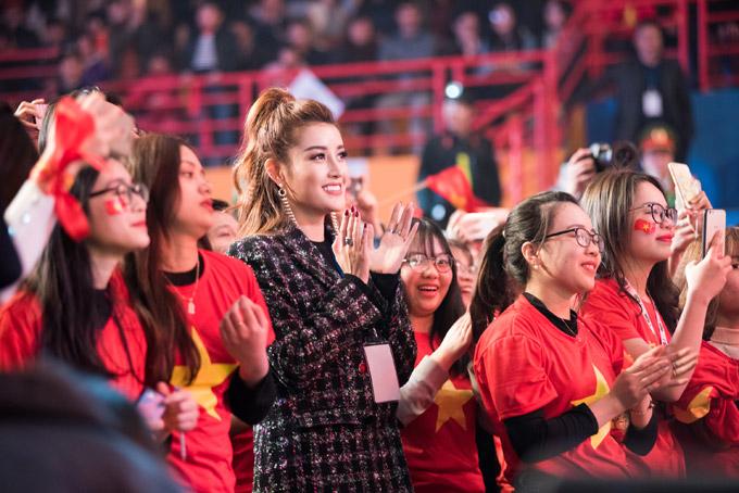 Cô đứng lẫn với nhiều cổ động viên nữ khác để theo dõi và cổ vũ cho đội tuyển U23 trong suốt buổi giao lưu.