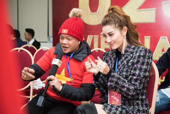 Cô tươi tắn khi giao lưu với biên tập viên Quang Minh.