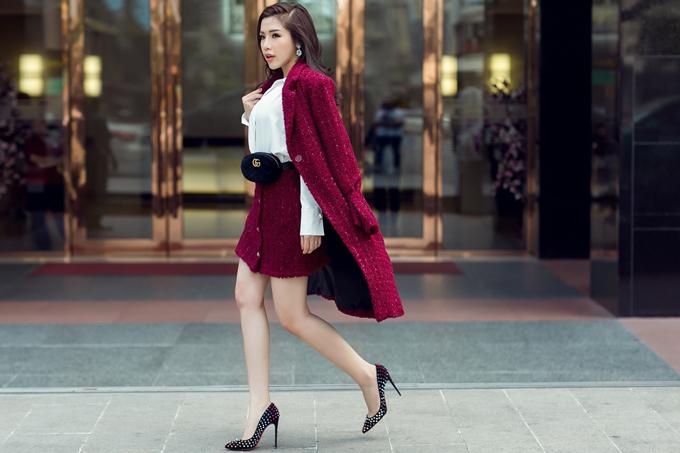 Chia sẻ về tình yêu vớithời trang, Khánh Phương cho biết, bên cạnh những món đồ đắt giá đến từ các thương hiệu Gucci, Saint laurent, Dior... côcũng rất chuộng gu thời trang bình dân cũng như các thương hiệu tầm trung trong nước.