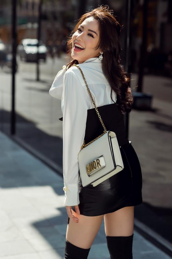 Túi xách thời thượng của Dior có giá 70 triệu được Khánh Phương chọn lựa khi diện sơ mi phối cùng chân váy da.