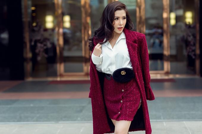 Người đẹpdiện áo sơ mi mix cùng trang phục vải tweet, chất liệu đang được lên ngôi trong mùa thu đông 2018. Á hậu hoàn thiện set đồ với phụ kiện belt bag của Gucci và giầy đinh tán đế đỏ của thương hiệu louboutin.