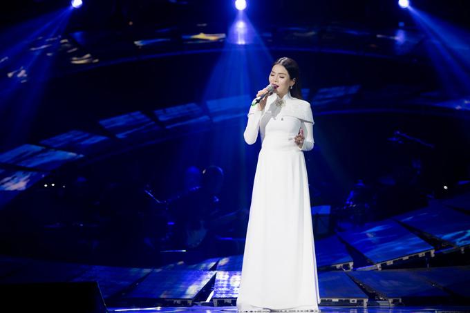 Ngoài phong cách gợi cảm, nữ ca sĩ còn xuất hiện với hình ảnh kín đáo, nền nã trong tà áo dài.