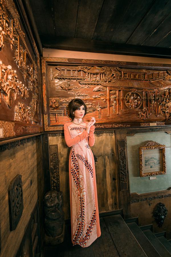 Chất liệu chính được sử dụng là chiffon và lụa kimono chất liệu lụa Nhật Bản đặc trưng được sử dụng trong các thiết kế của Võ Việt Chung gần đây.