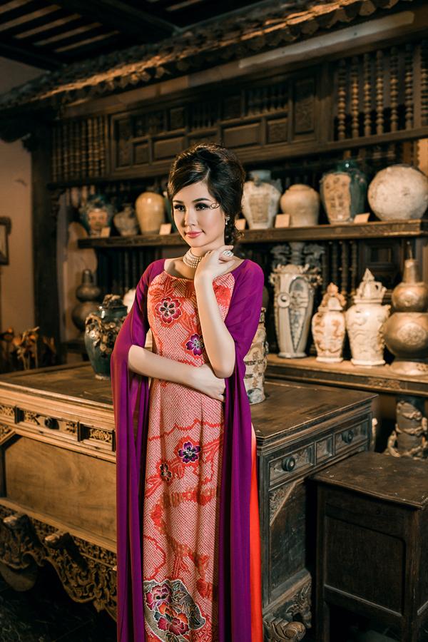 Bộ ảnh được thực hiện với sự hỗ trợ của nhiếp ảnh Đức Lê, trang điểm Ghy, làm tóc Kim Ngân.