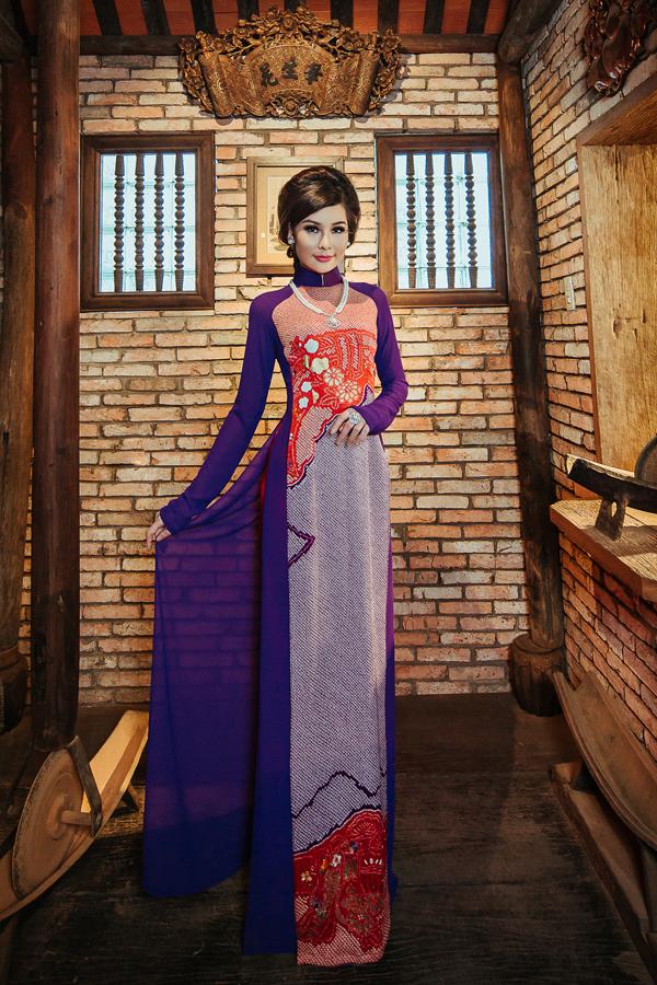 Bộ sưu tập Nét xuân xưa của nhà thiết kế Võ Việt CHunggợi nhớ vềvẻ đẹp dịu dàng, đoan chính, từ mái tóc, tà áo đến những cử chỉ.