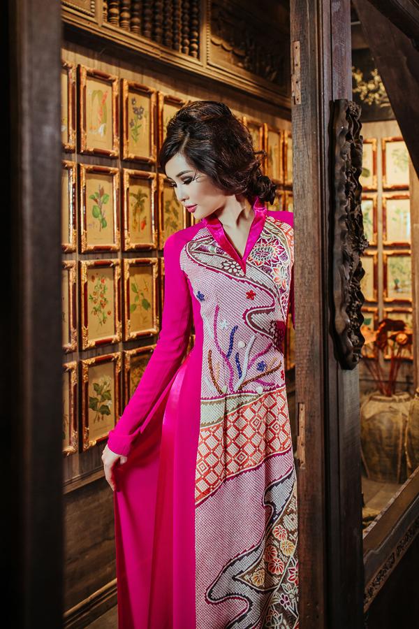 Ở bộ sưu tập dành cho xuân Mậu Tuất, nhà thiết kế vẫn giữ nguyên dáng cổ áo truyền thống và đan xen những kiểu cổ cách điệu.