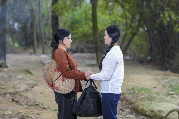 Không chỉ khiến đoàn phim khâm phục khi quay cảnh làm cỏ, tưới rau, gánh gồng như một người phụ nữ thôn quê, NSND Lan Hương còn diễn xuất chuyên nghiệp ở cảnh tiễn con gáirời quê đi học trên thành phố.