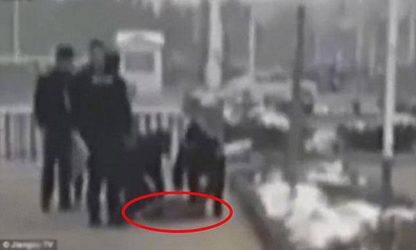 Người phụ nữ được sơ cứu tại chỗ nhưng vẫn không thể qua khỏi.