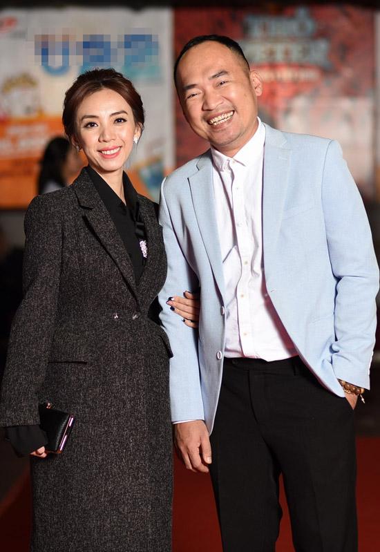 Thu Trangtay trong tay ông xã Tiến Luật. Cô rất hạnh phúc khi có chồng đồng hành cùng mình tại sự kiện. Trong phim, Thu Trang đóng vai cô Bảy, một tài xế taxi ngổ ngáo và có mối quan hệ tình cảm với Dustin Nguyễn.
