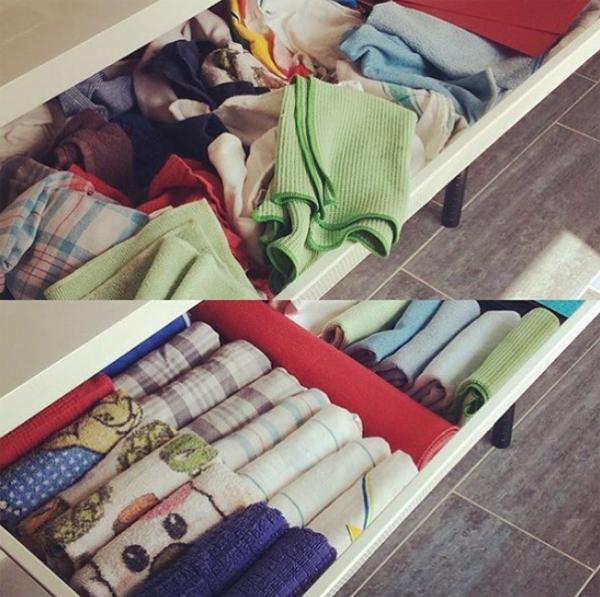 Sắp xếp đồ theo chiều thẳng đứng. Khăn tắm và quần áo trong tủ nên được xếp dựng thành hàng. Đây là cách dễ nhất để tìm thấy những món đồ cần thiết.