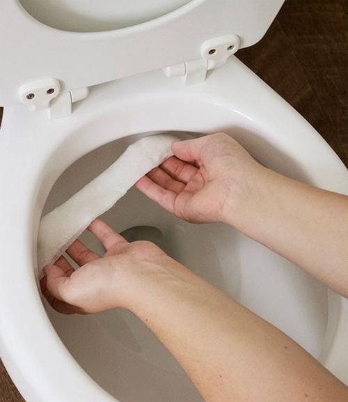 Giấy vệ sinh và giấm - khắc tinh của vết bẩn bồn cầu. Cách dễ dàng để loại bỏ vết bẩn trong nhà vệ sinh là dùng giấm và ít giấy. Đổ giấm vào giấy vệ sinh, sau đó đặt chúng lên bồn cầu trong vòng vài tiếng. Những gì bạn cần làm tiếp theo là lấy khăn giấy đi.