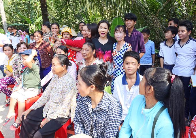 Bà con hồ hởi đi giao lưu, chụp ảnh với nghệ sĩ nổi tiếng. Việt Hương cho biết năm 2018 chịcó kế hoạch giúp đỡ thêm nhiều người có hoàn cảnh khó khăn, neo đơn.