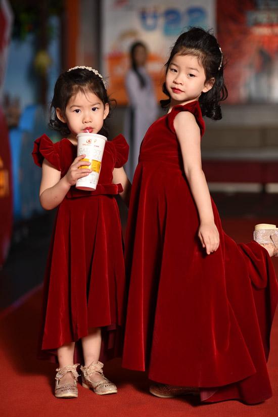 Hai con gái của vợ chồng Dustin cũng được bố mẹ cho ra Hà Nội. Cả hai đều diện váy đỏ ton sur ton với mẹ.