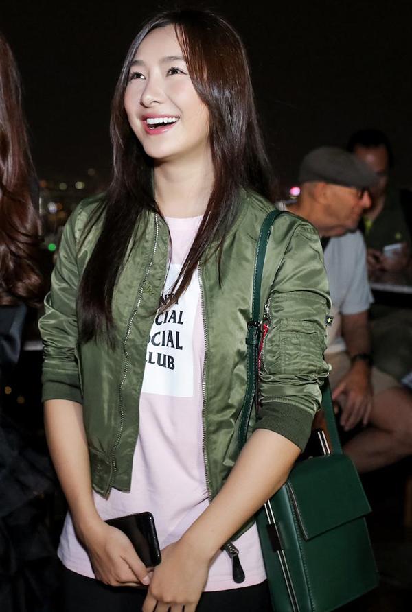 Lily Ji từng đóng phim Skiptrace cùng Thành Long, Phạm Băng Băng, Johnny Knoxville năm 2016.Đây là lần thứ hai Lily Ji đến Việt Nam. Trước đó, đoàn phim Đêm hoàng đạo đã có buổi ra mắt tại Trung Quốc.