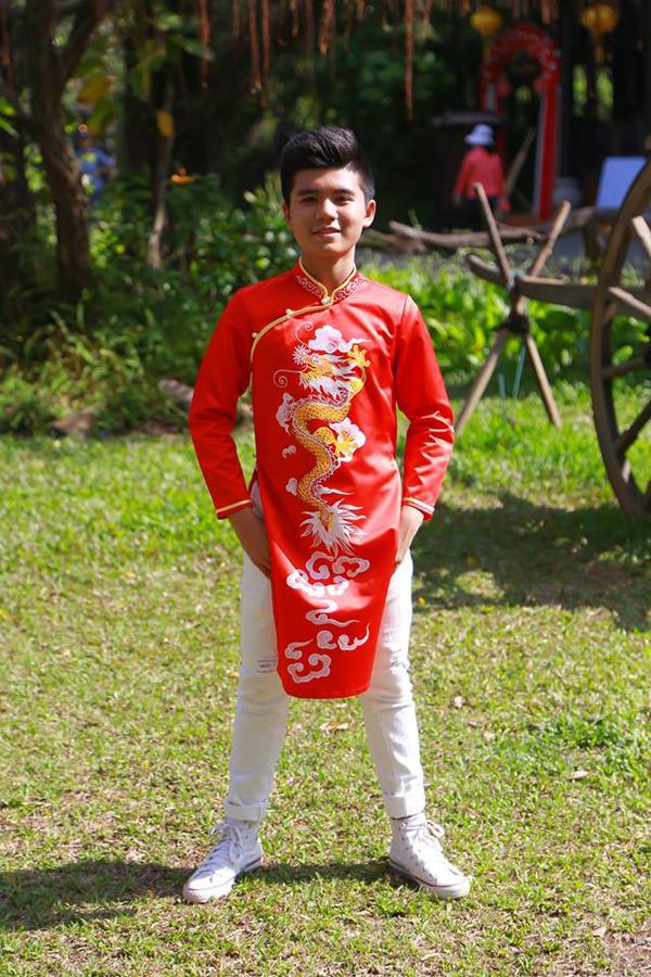 Bé Minh Khang từng được khán giả biết đến qua vai diễnThư (hồi nhỏ)trong phim điện ảnh Cô gái đến từ hôm qua. Ngoài diễn xuất, ngôi sao nhí còn có khả năng ca hát. Cậu bé trông chững chạc khi diện áo dài quay MV Ngày Tết Việt Nam mừng năm mới Mậu Tuất.