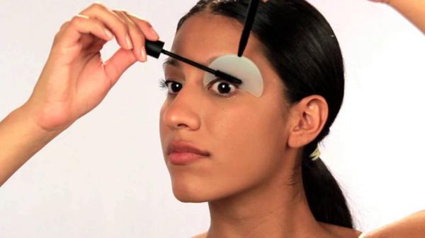 Miếng khiên hỗ trợ chuốt mascara Sản phẩm này giúp ích rất nhiều cho những nàng mới tập trang điểm. Sử dụng tấm khiên chắn sẽ giúp tránh cho mascara lem ra bầu mắt.