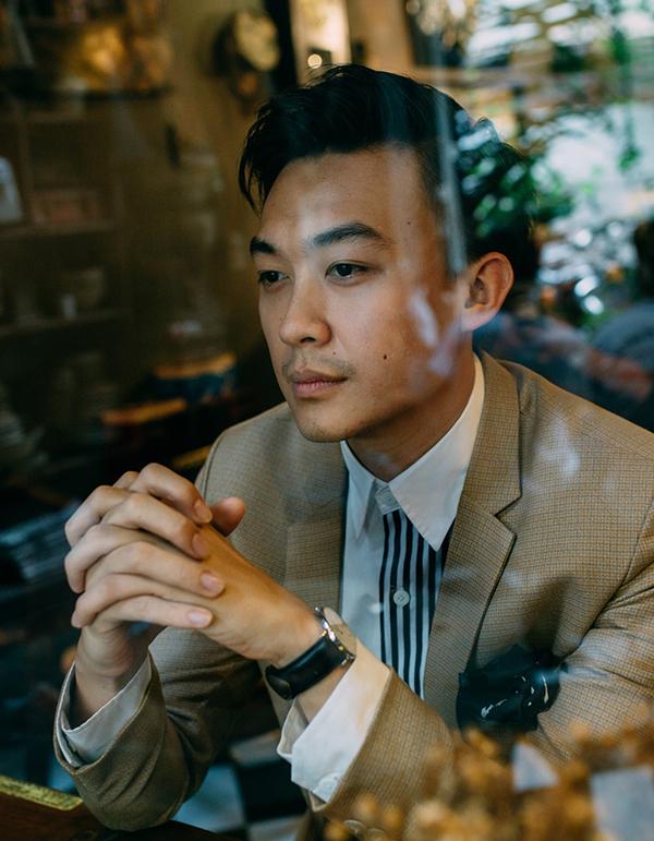 Vest là trang phục quen thuộc mà Phan Tô Ny chọn mặc khi ghi hình cũng như dẫn dắt các chương trình hội nghị khách hàng.