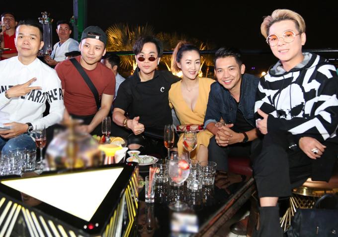 Ca sĩ Quách Tuấn Du, Vũ Hà cùng nhiều nghệ sĩ vui vẻ hội ngộ trong đêm tiệc ấm cúng, vui vẻ.