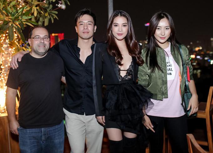 Đạo diễn Ernie Barbarash (đeo kính) đến Việt Nam dự buổi công bố phim. Diễn viên người Trung Quốc Lily Ji (ngoài cùng bên phải) đóng vai vợ của An Chí Kiệt trong phim. Trương Ngọc Ánh chia sẻ, cô rất hào hứng với nhân vật bác sĩ Anna vì đây là hình tượng hoàn toàn khác với các vai diễn trước. Nữ diễn viên hé lộ cô sẽ cónhiều pha hành động gay cấn, mạo hiểm trong phim này.