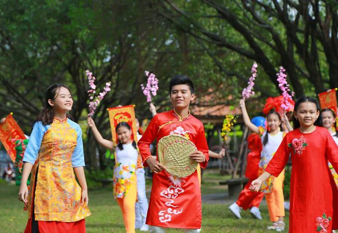 Dàn sao nhí hòa giọng thể hiện ca khúcNgày Tết Việt Nam của Hoài An. MV lấy cảm hứng từ Tết cổ truyền và các phong tục, tập quán của người Việt trongnăm mới.