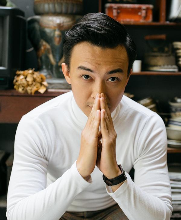 Trong đời thườnghoặc khi đi tiệc, Phan Tô Ny phối áo sơ mi hoặc áo thun dài tay với quần Tây, trông vừa lịch sự vừa trẻ trung.