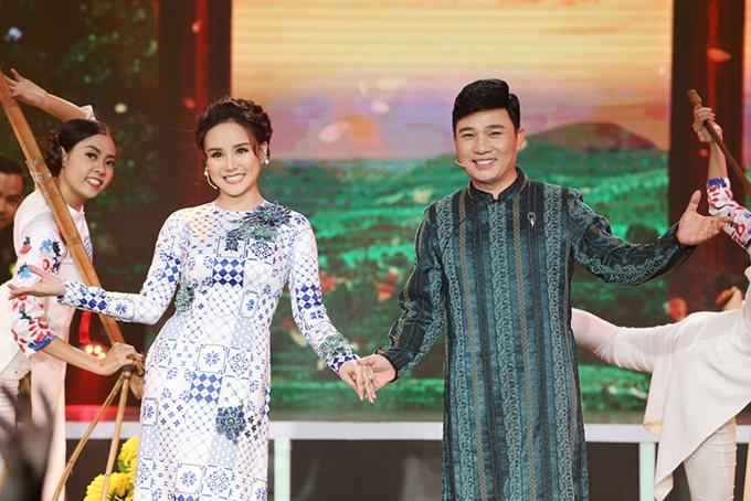 Quang Linh nhảy múa tưng bừng bên Vy Oanh trong ca khúc Xuân quê tôi.