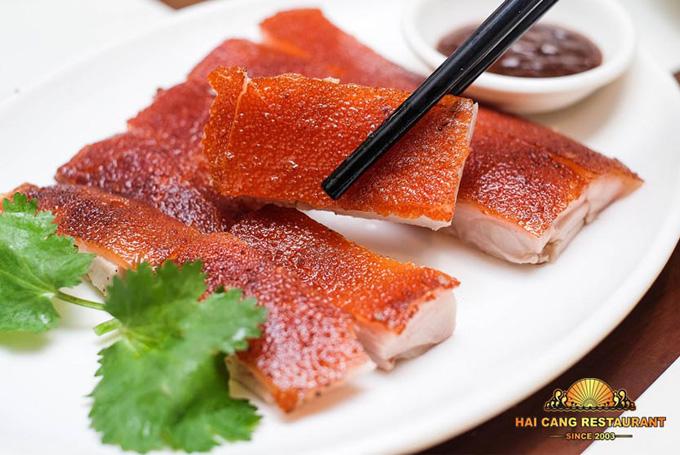 Heo quay hồng vận thái lai là món ăn đặc trưng của thương hiệu Hải Cảng.