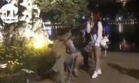 Cô gái 9X hát 'Làng quan họ quê tôi' như ca sĩ trên phố đi bộ