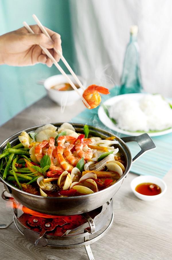 Lẩu hải sản: Nước lẩu chua cay thơm ngon hòa lẫn vào vị ngọt thanh của hải sản với rau thơm là điểm thu hút của món ăn này.