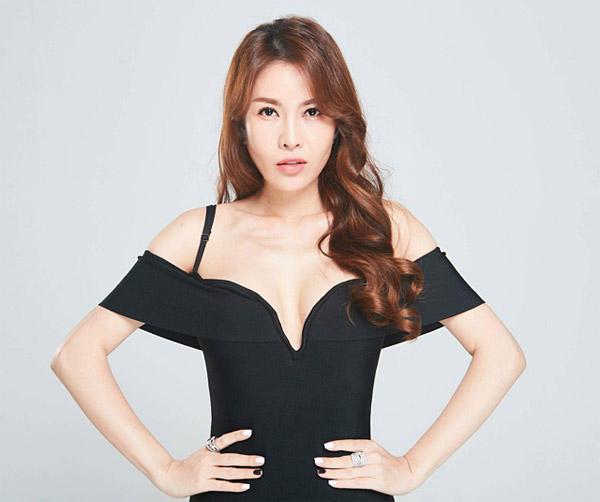 Chia sẻ với Ngoisao.net, nữ ca sĩ nói rằng, cô vẫn chưa hài lòng với chiếc mũi dù đã từng thẩm mỹ 5 lần. Cô dự định sau đợt nghỉ Tết sẽ trở lại Hàn Quốc để sửa lại một lần nữa.