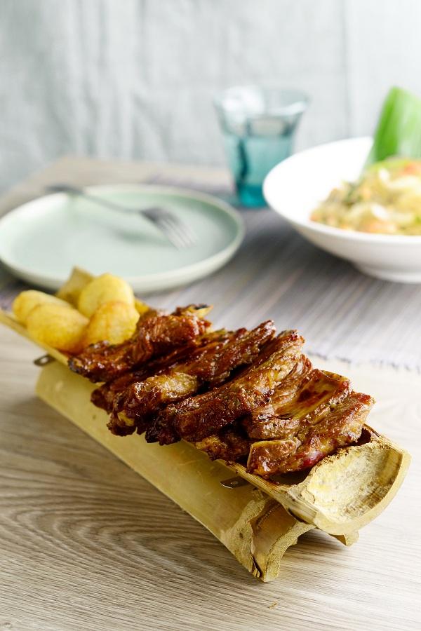 Sườn nướng ống tre: Sườn được tẩm ướp đậm vị và nướng trên bếp than hồng đến khi thịt săn lại. Thịt sườn nướng không bị dai hay khô. Món ăn được đặt trên ống tre trông đẹp mắt, dùng kèm với xôi chiên phồng. Bạn có thể cảm nhận lớp thịt mềm hòa tan trong miệng ngay lần đầu thưởng thức.