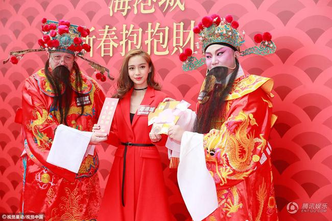 Cùng ngày, bà xã của Huỳnh Hiểu Minh dự sự kiện chào năm mới tại Hong Kong.