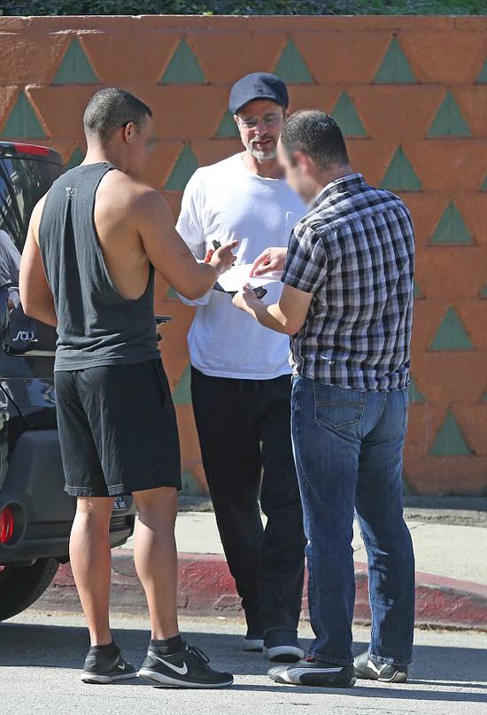 Vụ va chạm xảy ra trên đường phố Los Angeles hôm 5/2. 3 chiếc xe đâm liên hoàn nhưng may mắn không gây ra thiệt hại nặng. Brad Pitt đã xuống xe trao đổi với hai tài xế và sẵn sàng chịu trách nhiệm về sự cố này.