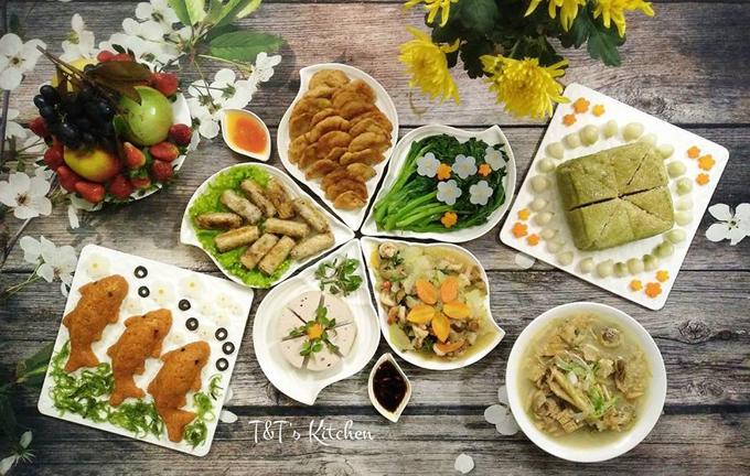 Đĩa xôi cá được bày biện đẹp mắt trong mâm cơm cúng ông Táo của gia đình chị Thuận.