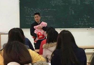 Bức ảnh thầy giáo bế con cho nữ sinh làm bài thi hút like Facebook.