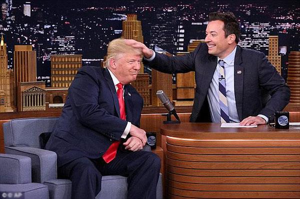 Jimmy Fallon xoa đầuông Trump trong một lần phỏng vấn trên truyền hình.