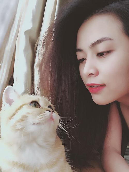 Hoàng Thuỳ Linh khẽ nựng mèo cưng. Cô gọi chú mèo là homie - bạn thân.