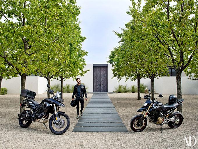Nam diễn viên Justin Theroux trước sân nhà.