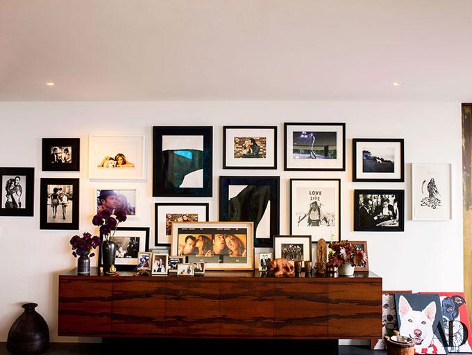 Một góc trang trí sinh động với rất nhiều hình ảnh tình tứ của vợ chồng Jennifer.