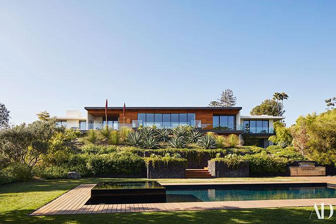 Jennifer mua biệt thự này vào năm 2011, thời mới hẹn hò ông xã hiện tại. Ngôi nhà được thiết kế theo phong cách hiện đại, hài hòa với thiên nhiên và tràn ngập ánh sáng.